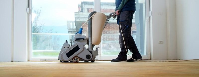 Sanding floor with a sanding parquet
